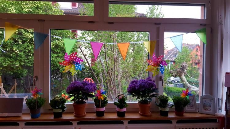 wir versuchen den Frühling mit Blumen und Farben heraus zu locken